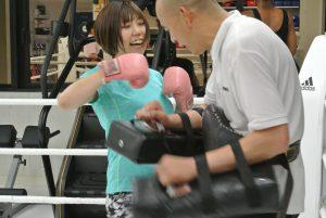 女性 キックボクシング ミット打ち